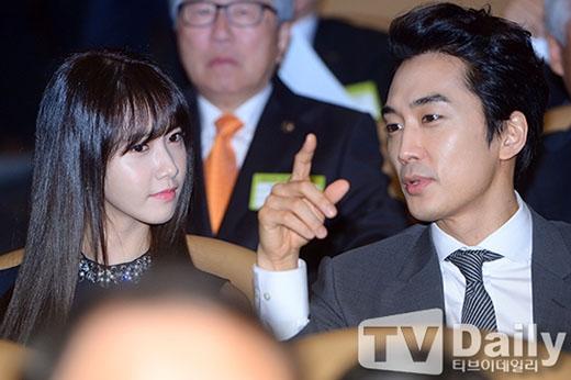 Yoona cực xinh đẹp bên đàn anh và chăm chú lắng nghe những gì anh chia sẻ