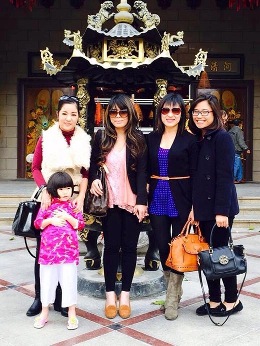 Thúy Nga cùng con gái và các bạn đi chùa đầu năm. - Tin sao Viet - Tin tuc sao Viet - Scandal sao Viet - Tin tuc cua Sao - Tin cua Sao