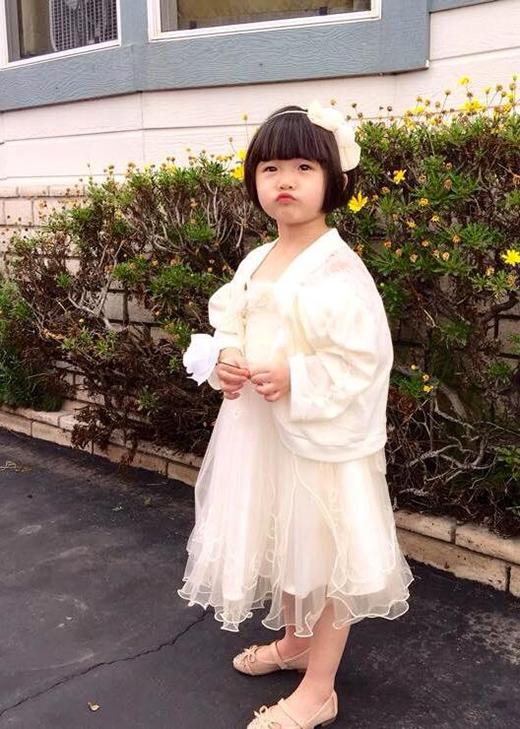 Bé Nguyệt Cát xinh như công chúa khi được mẹ diện cho bộ đầm trắng. - Tin sao Viet - Tin tuc sao Viet - Scandal sao Viet - Tin tuc cua Sao - Tin cua Sao