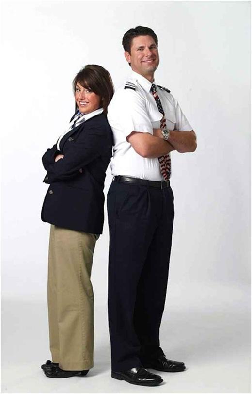 """Hãng Southwest Airlines - Mỹ thì bị chê vì giống thời trang của những năm 90, quần kaki đồng phục quá rộng, làm người mặc như bị """"nuốt"""" mất vài phân chiều cao. Màu sắc đồng phục thì không liên quan đến nhau, khiến cho người mặc như già thêm vài tuổi."""