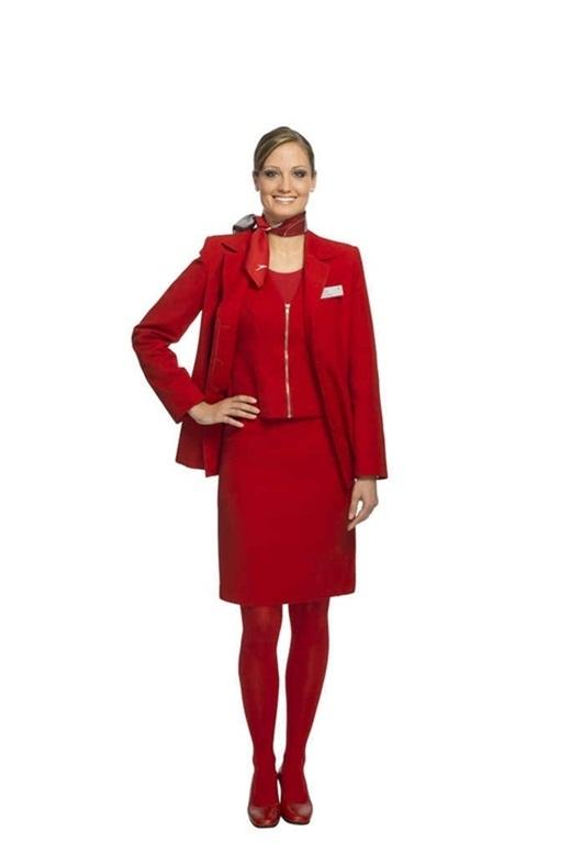 """Còn hãng Hàng không Austrian Airlines của nước Áo thì khiến cho hành khách có cảm giác như mình đang chuẩn bị bước chân vào núi lửa vì bộ đồng phục """"đỏ chói lóa"""" từ giầy, tất đến áo váy. Chưa kể các cô tiếp viên còn được quàng thêm một chiếc khăn ở cổ không ăn nhập gì với nhau."""