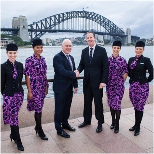 Air New Zealand lại chọn vải tím họa tiết mềm, mỏng làm đồng phục cho các cô tiếp viên nữ. Mẫu đồng phục này được đánh giá là giống mẫu váy đi chơi, không được thanh lịch và chuyên nghiệp.