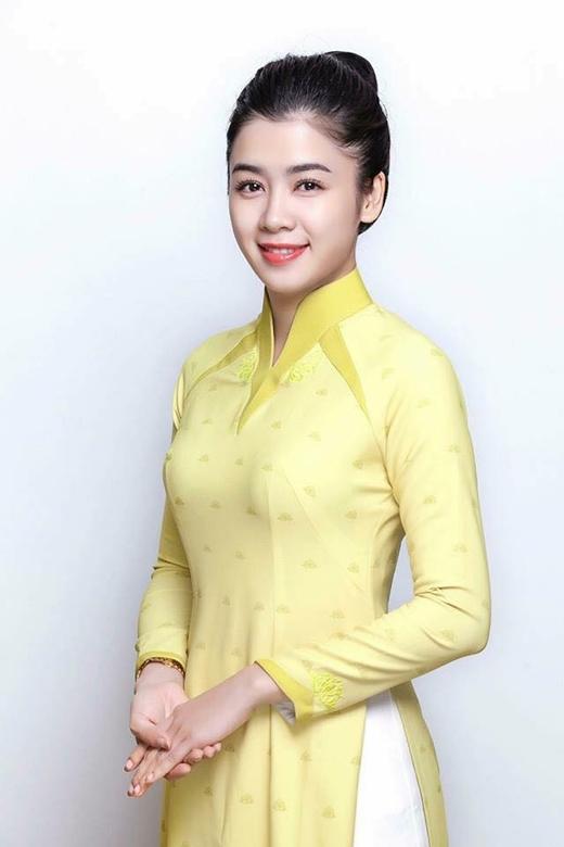 Tiếp viên nữ của khoang thương gia (hạng C) mặc áo dài màu vàng nhạt. - Tin sao Viet - Tin tuc sao Viet - Scandal sao Viet - Tin tuc cua Sao - Tin cua Sao