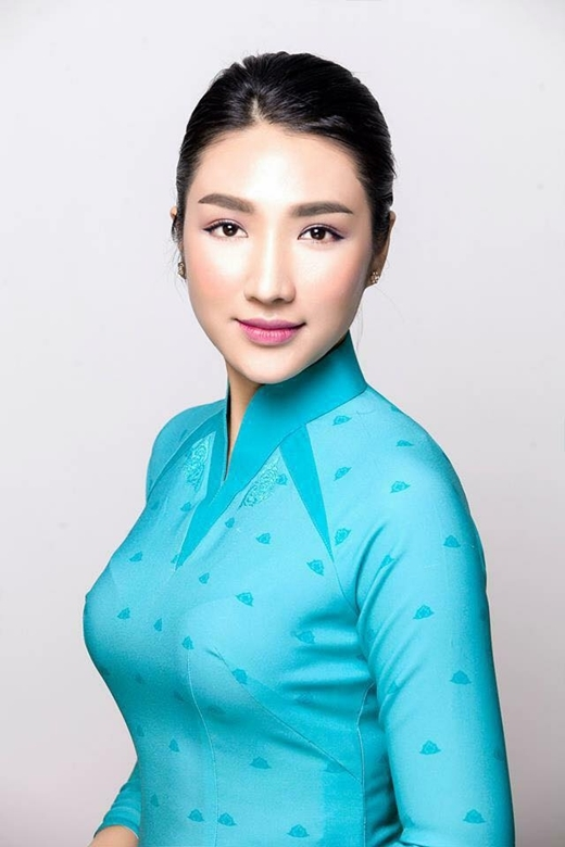 Xanh lam là màu sắc đồng phục của nữ tiếp viên khoang hạng thường (hạng Y). - Tin sao Viet - Tin tuc sao Viet - Scandal sao Viet - Tin tuc cua Sao - Tin cua Sao