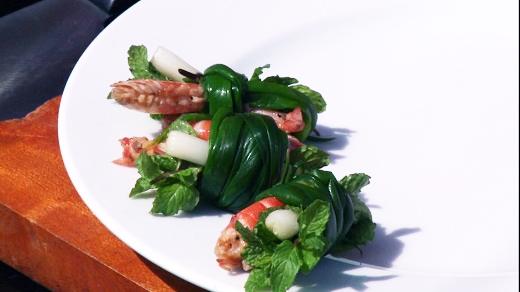 Tôm tươi được bắt lên từ sông, thịt heo được nuôi từ trang trại đằng sau nhà và rất nhều loại rau