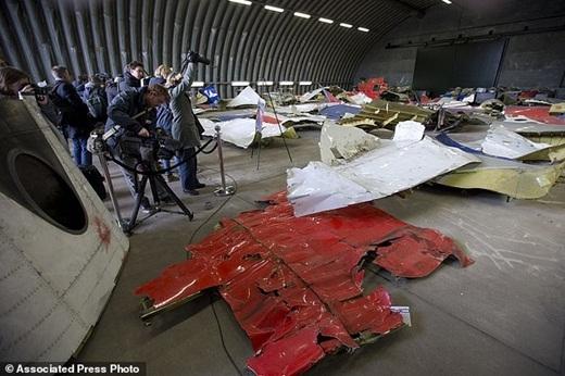 Các nhà báo đang chụp lại các mảnh vỡ từ chiếc máy bay MH17 tại căn cứ không quân Rijen Gilze, Hà Lan.