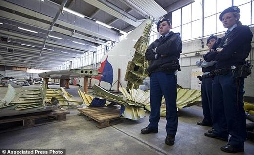 Cảnh sát của quân đội Hà Lan đang đứng bảo vệ nghiêm ngặt.