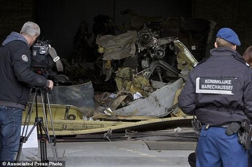 Các chuyên gia vẫn đang tìm kiếm nguyên nhân khiến chiếcmáy baybị bắn hạ và lấy đi 298 sinh mạng của toàn bộ hành khách.