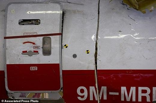 Hành trình lắp ghép hàng nghìn mảnh vỡ từ máy bay MH17
