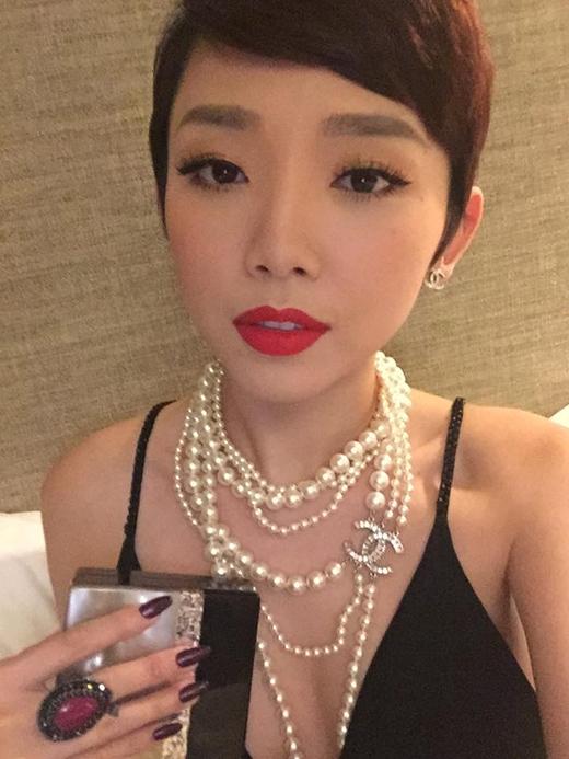 Nữ ca sĩ còn kết hợp bộ vòng ngọc trai và khuyên tai của Chanel. - Tin sao Viet - Tin tuc sao Viet - Scandal sao Viet - Tin tuc cua Sao - Tin cua Sao