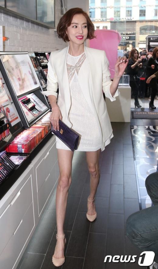 Nữ diễn viên xinh đẹp Hàn Quốc Lee Da Hee có gương mặt khá tròn đầy, tỏa sáng. Tuy nhiên, đôi chân của cô là một điều hoàn toàn đối lập. Trong một sự kiện gần đây, khi mặc váy ngắn, Lee Da Hee lộ đôi chân tong teo, gân guốc, thiếu sức sống gần như biến dạng.