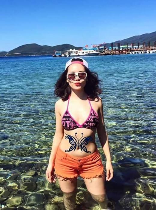 Phương Linh khiến fan choáng váng với bức ảnh trong trang phục biển và hình xăm con bướm ngay trên phần bụng. Bên cạnh vẻ ngoài xinh đẹp, Phương Linh còn gây ấn tượng với khán giả bởi nét cá tính riêng trong âm nhạc và là một nửa hoàn hảo với Hà Anh Tuấn trên sân khấu. Có vẻ cái Tết của cô vẫn còn chưa kết thúc khi Phương Linh vẫn đang tận hưởng những ngày du lịch biển thú vị của mình.