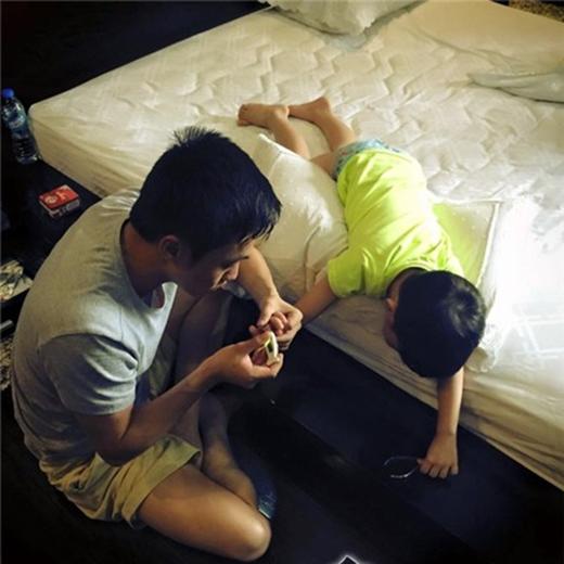 Sơn Tùng truyền nước vì kiệt sức, Cường Đô La đưa Subeo đi khám răng