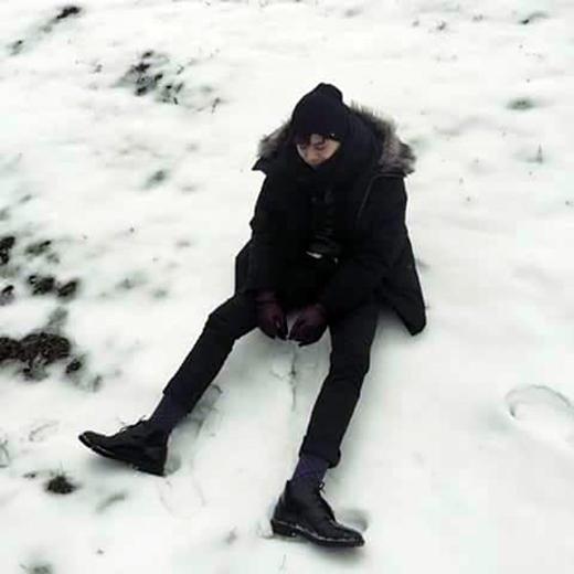 Trịnh Thăng Bình trong bộ trang phục mùa đông trùm kín người đang ngồi nghịch giữa vùng tuyết trắng xóa. Những ngày qua, anh chàng liên tục khoe những bức ảnh khá đẹp trong chuyến đi du lịch của mình. Nhiều fan nhận xét phong cách ăn mặc của nam ca sĩ Người ấy ngày càng chất hơn xưa.