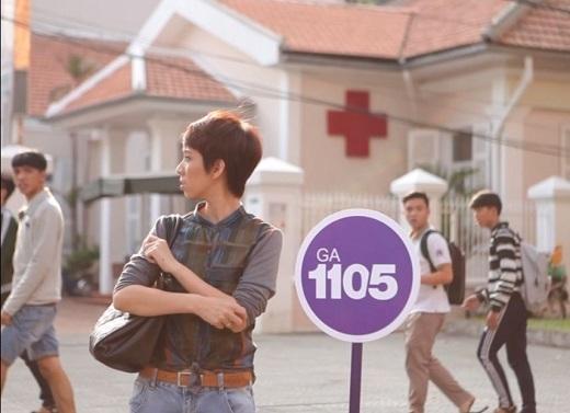 Thu Trang đứng chờ tại sân ga 1105