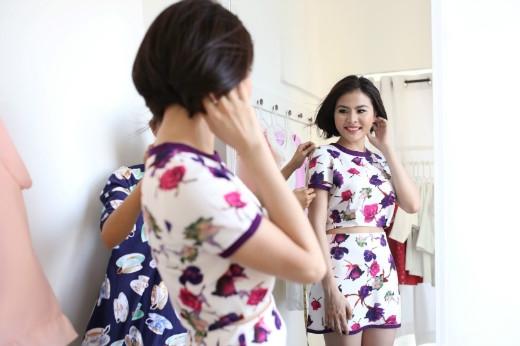 Vân Trang khá hào hứng khi được lấy số đo để đội ngũ thiết kế hoàn thiện chiếc váy kết từ hoa lộng lẫy. - Tin sao Viet - Tin tuc sao Viet - Scandal sao Viet - Tin tuc cua Sao - Tin cua Sao