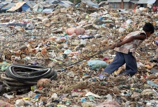 Choáng váng với cuộc sống của trẻ em trên bãi rác khổng lồ