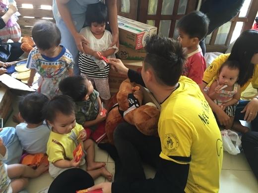 Chàng Bắp cùng các fans đã dành tặng các em nhỏ những chú gấu bông, những thùng sữa, thùng cháo, bột giặt, mì chính… - Tin sao Viet - Tin tuc sao Viet - Scandal sao Viet - Tin tuc cua Sao - Tin cua Sao