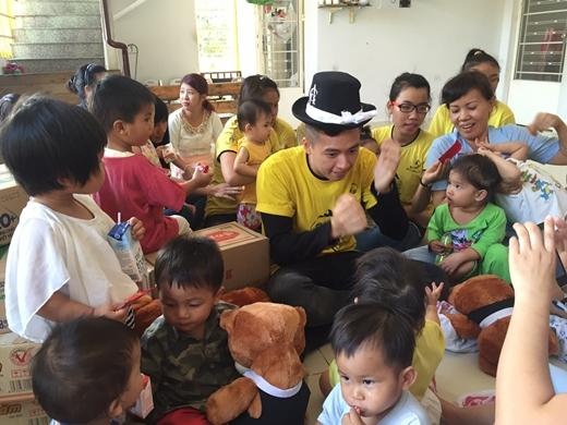 Ngô Kiến Huy cùng nhà Bắp đi từ thiện đầu xuân - Tin sao Viet - Tin tuc sao Viet - Scandal sao Viet - Tin tuc cua Sao - Tin cua Sao