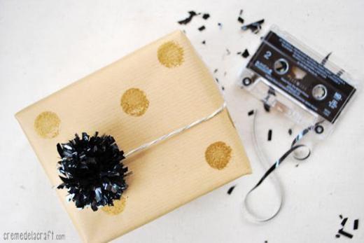 Bông trang trí từ cuộn dây cassette.