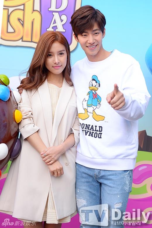 Mặc scandal hẹn hò, Song Jae Rim và Kim So Eun vẫn tình tứ tham dự sự kiện