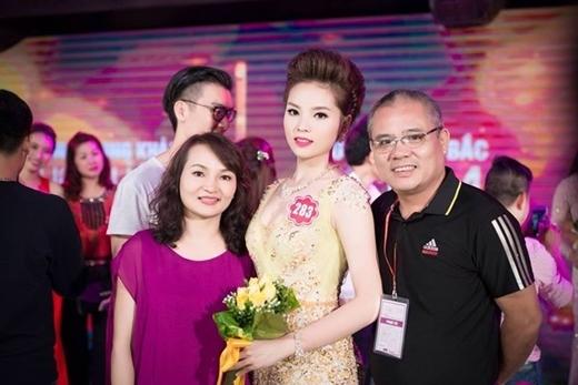 Hoa hậu Việt Nam 2014 trong vòng tay bố mẹ. - Tin sao Viet - Tin tuc sao Viet - Scandal sao Viet - Tin tuc cua Sao - Tin cua Sao