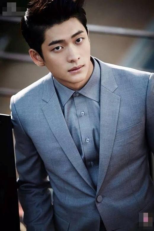 Kang Tae Oh vai Junsu: Đảm nhận vai nam chính trong Tuổi thanh xuân, Kang Tae Oh nhận được nhiều tình cảm của khán giả truyền hình. Ít ai biết, Tae Oh chỉ là nghệ danh của nam diễn viên sinh năm 1994. Tên thật của anh là Kim Yoon Hwan. Sở hữu chiều cao 1,78 m, cân nặng 66 kg, thân hình 6 múi cùng gương mặt đẹp trai và nụ cười tỏa nắng, Kang Tae Oh đốn tim không ít fan nữ. - Tin sao Viet - Tin tuc sao Viet - Scandal sao Viet - Tin tuc cua Sao - Tin cua Sao