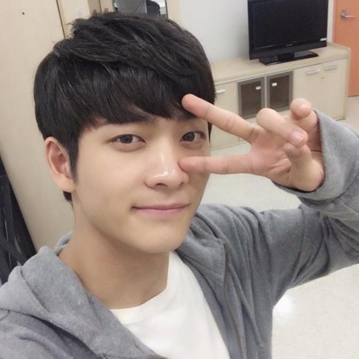 Trước khi tới với Tuổi thanh xuân, Kang Tae Oh tham gia nhiều bộ phim truyền hình và điện ảnh Hàn Quốc như Love and war 2, Miss Korea, Twenty years old... Anh cũng là một trong năm mẩu của 5urprise - nhóm nhạc Kpop được thành lập hồi tháng 8/2013 dưới sự quản lý của công ty Fantagio. - Tin sao Viet - Tin tuc sao Viet - Scandal sao Viet - Tin tuc cua Sao - Tin cua Sao