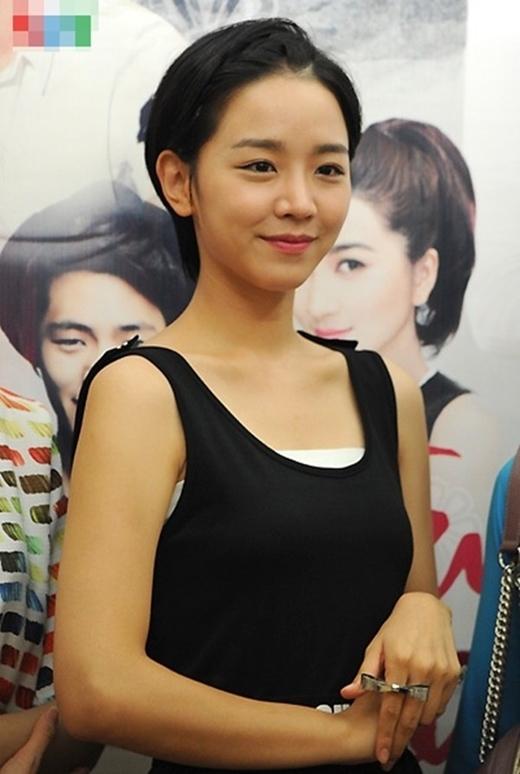 Với gương mặt xinh xắn, mái tóc ngắn cá tính, Shin Hae Sun tạo được sự khác biệt trong dàn diễn viên nữ. Diễn biến tâm lý và tính cách thay đổi trong từng giai đoạn của phim cũng khiến Miso ghi dấu ấn với khán giả màn ảnh nhỏ. - Tin sao Viet - Tin tuc sao Viet - Scandal sao Viet - Tin tuc cua Sao - Tin cua Sao