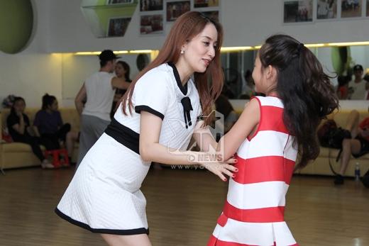 Khánh Thi nhí nhảnh tập luyện cùng con nuôi - Tin sao Viet - Tin tuc sao Viet - Scandal sao Viet - Tin tuc cua Sao - Tin cua Sao