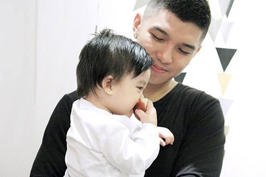 Cường Seven hạnh phúc khi được ôm một em bé dễ thương trên tay mình. Được biết đây là con chung trong MV gần đây nhất của Mlee có sự góp mặt của Cường Seven. Dù chỉ là con chung qua màn ảnh, tuy nhiên nhiều fan hâm mộ cặp đôi tin đồn này vẫn mong muốn đây là con thật của cả 2.