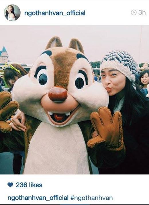Ngô Thanh Vân nhí nhố chụp hình cùng chú sóc bằng bông trong chuyến đi du lịch gần đây nhất của mình. Sự xì-tin bất ngờ của đả nữ khiến các fan vô cùng thích thú.