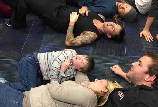 Adam Levine không ngại nằm xuống sàn nhà vì fan nhí