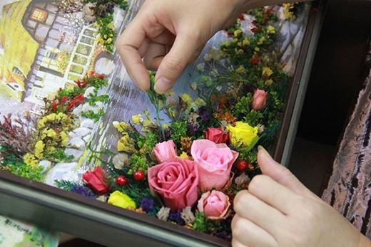 Tranh hoa khô kết theo yêu cầu được nhiều khách hàng lựa chọn. Ảnh: Ngọc Lan.