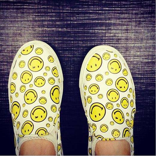 HyunA khoe ảnh đôi giày với hình mặt cười, ngụ ý chia sẻ tâm trạng vui vẻ với fan