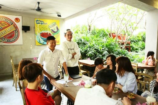Nhiếp ảnh gia Trịnh Quốc Huy vàstylistKanta Nguyễn trò chuyện với thí sinh