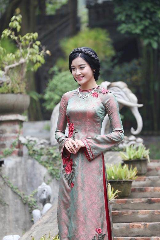 Được biết sắp tới cô sẽ sang Anh để tham dự lễ kỷ niệm 10 năm thành lập Tổng hội học sinh Việt Nam tại Vương quốc Anh và Bắc Ai-len (SVUK). - Tin sao Viet - Tin tuc sao Viet - Scandal sao Viet - Tin tuc cua Sao - Tin cua Sao