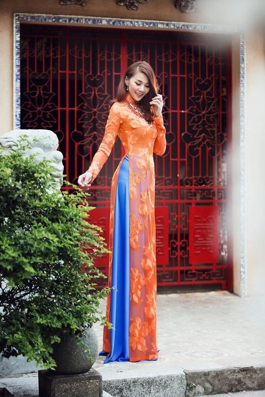Những mẫu áo dài được đính kết rất tỉ cùng với màu sắc ngọt ngào đã tôn lên vẻ đẹp cũng như vóc dáng 'chuẩn mẫu' của Thanh Hằng. - Tin sao Viet - Tin tuc sao Viet - Scandal sao Viet - Tin tuc cua Sao - Tin cua Sao