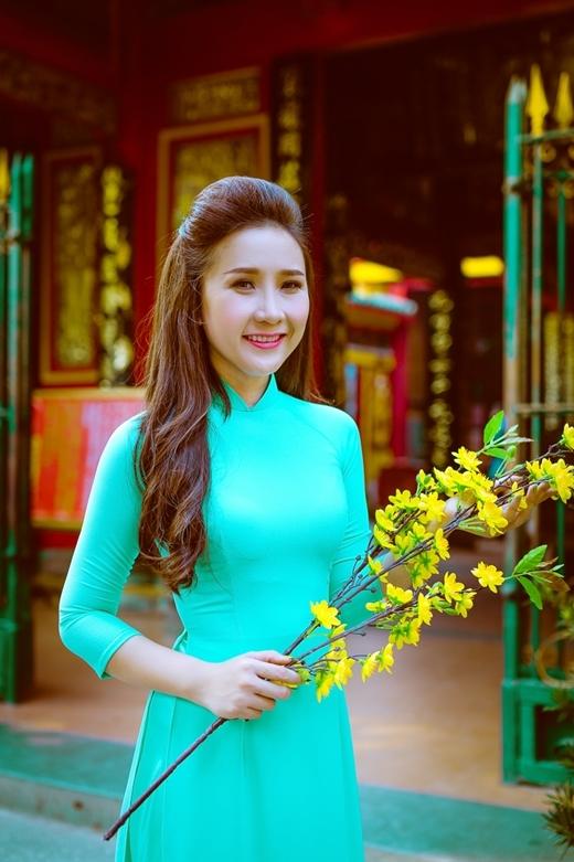 Nét đẹp nền nã, duyên dáng của Hoài Hương.
