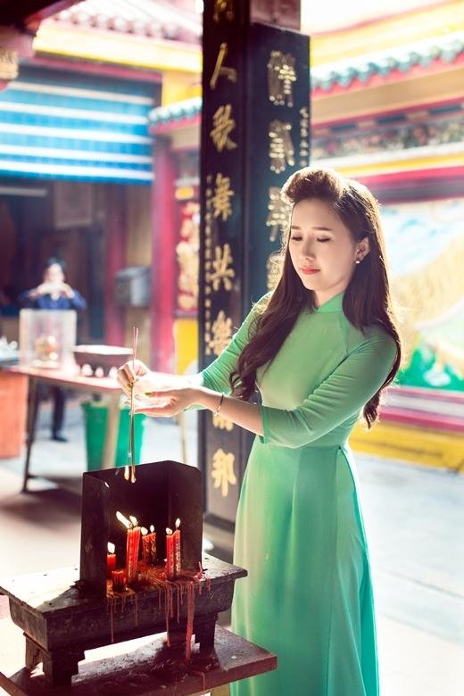 MC Hoài Hương đi chùa đáp lễ sau cơn bạo bệnh