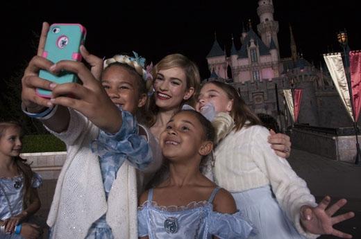 ... và selfie cùng các fan nhí của mình.