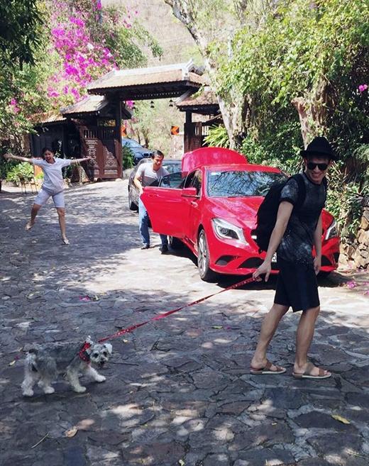 Quốc Thiên gây tò mò, thích thú với phong cách dắt chó đi dạo khá đặc biệt. Anh chàng đã dùng 1 sợi dây đỏ khá xì-tin, cột nơ ngay cổ chú cún và dắt đi. Hình ảnh dễ thương của Quốc Thiên vừa đăng tải ngay lập tức đã nhận về hàng ngàn lượt like vì độ đáng yêu, ngộ nghĩnh của cả chủ và chó.