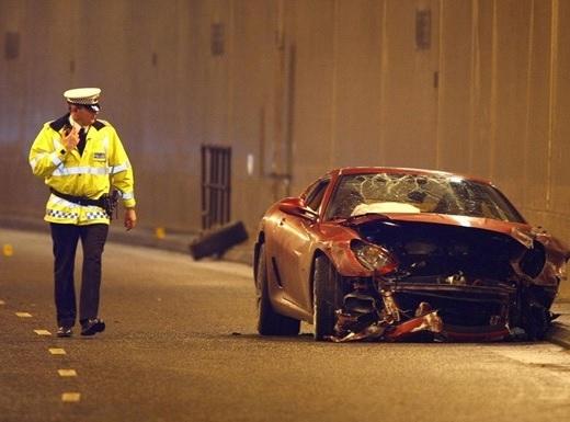 Khi còn chơi cho M.U, Ronaldođã mua chiếc Ferrari 599 GTB trị giá 200.000 bảng (tương đương 6 tỉ đồng). Tháng 1/2009, anh gặp tai nạn, nhưng may mắn không bị thương còn chiếc xe thì hư hỏng nặng.