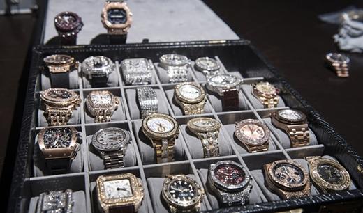 Đồng hồ. Bộ sưu tập đồng hồ của Mayweather quy tụ những sản phẩm tinh xảo nhất và luôn được nạm kim cương.