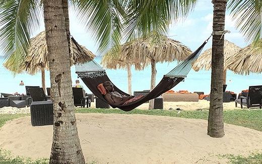 Khi cảm thấy cuộc sống và công việc quá ngột ngạt, Mayweather luôn rủ theo người thân, bạn bè đi tạm lánh ở những bãi biển, khu nghỉ mát được ví như thiên đường hạ giới.