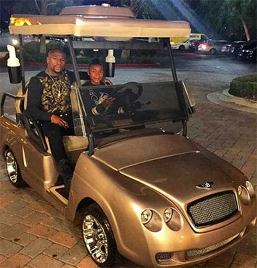 Có nhiều tiền, Mayweather cũng không ngần ngại chi đậm để chiều con. Dịp sinh nhật thứ 15 của cậu con trai King Koraun hồi tháng 11 năm ngoái, võ sĩ Mỹ mua tặng con một chiếc xe cart hiệu Bentley nạm vàng, chuyên dùng để đi lại trong sân golf.