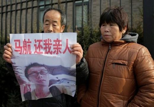 Theo chia sẻ của ông Zhang Yongli, người cha 64 tuổi của một hành khách nam trên chuyến bay MH370, mỗi ngày, ông đều cẩn thận ghi lại các tin tức và sự kiện liên quan đến chuyến bay MH370. Chúng tôi phải tiếp tục gây sức ép với các chính phủ để làm sáng tỏ sự việc. 239 nạn nhân, gồm 154 người mang quốc tịch Trung Quốc và Đài Loan đã ở trên chuyến bay đó. Tôi biết rằng họ vẫn sống, ông Zhang nói. Đồng quan điiểm với ông Zhang, Bai Jie, thân nhân một hành khách cho rằng, giới chức chưa thể kết luận sự việc mà chưa đưa ra bằng chứng cụ thể. Ảnh: AP