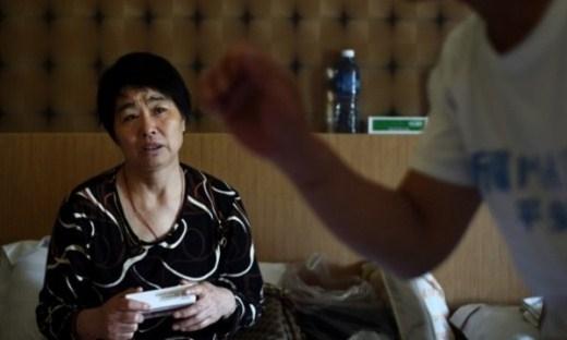 Bà Wang Rongxuan, mẹ của một hành khách nam trên chuyến bay MH370, cầm hộp thuốc trong khi trả lời phỏng vấn của phóng viên tại một khách sạn tại thủ đô Kuala Lumpur của Malaysia, hồi tháng 2. Nỗi đau mất con đã ám ảnh nhiều tháng qua khiến bà đổ bệnh. Ảnh: AFP