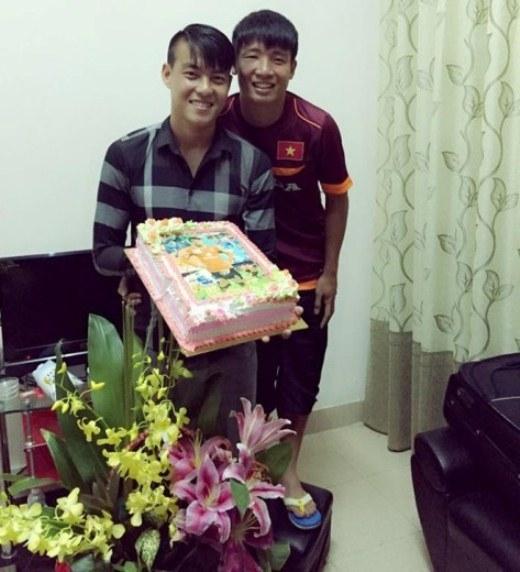 Trung vệ Bùi Tiến Dũng bị sưng mắt phải sau pha va chạm với đàn anh Văn Quyết ở trận đấu chiều 5/3 nhưng vẫn tới dự bữa tiệc để chúc mừng sinh nhật người đá cùng vị trí ở ĐT Olympic Việt Nam.