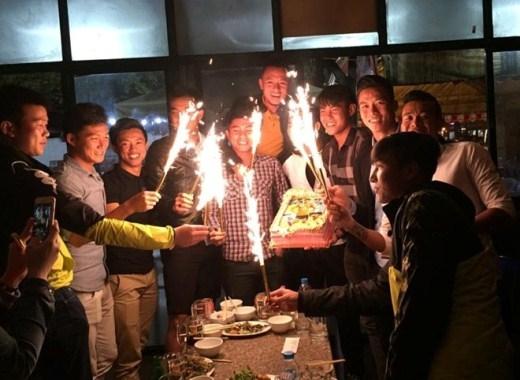 Các cầu thủ đốt pháo bông chúc mừng sinh nhật Phạm Hoàng Lâm.